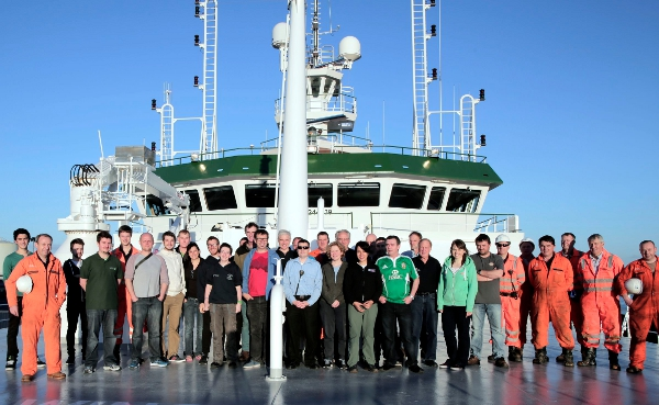 Cruise photo of the officers, crew, scientists and the ROV team